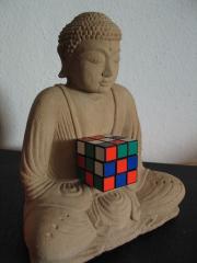 Eine Buddha-Statue mit einem Zauberwürfel