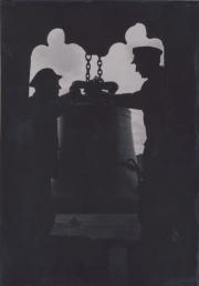 Die Silhouetten von zwei Männern vor einem gotischen Fenster