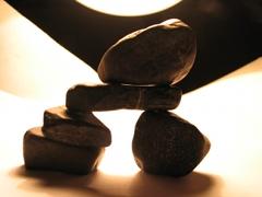 Kleine, schwarze Steine zu einem kleinen Tor aufgebaut