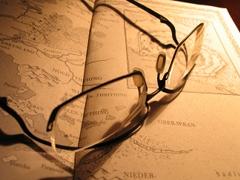 Eine Brille liegt auf einem aufgeschlagenen Buch