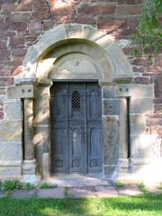 Eine alte Kirchen-Tür im Sonnenlicht