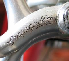 Der Schriftzug Campagnolos auf einem Metallstück vom Fahrrad