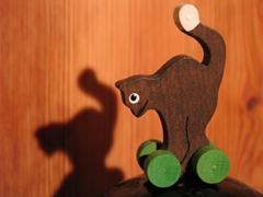 Eine kleine Katze aus Holz