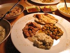 Foto - mehrere Schalen und Teller mit verschiedenen Gerichten