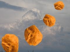 Im Hintergrund Wolken, im Vordergrund Steine