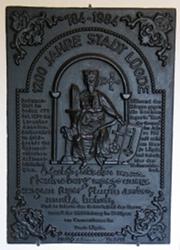 Eine Tafel die an die 1.200 Jahr-Feier in Lügde erinnert, in der Bild-Mitte thront Karl der Große