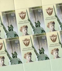 Eine Briefmarke mit einem Bild vom Hermannsdenkmal und der in Kalkriese gefundenen Reitermaske