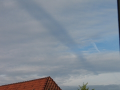 Wolken mit einer eigenartigen, dunkelblauen, streifenförmigen Einfärbung