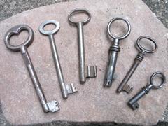 Mehrere, alte, unterschiedlich lange Schlüssel