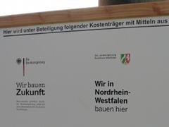 Ein Schild mit Hinweisen der Bundes- und der Landesregierung NRW