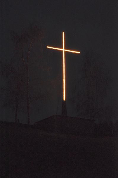 Leuchtendes Osterkreuz auf dem Osterberg in Lügde (2.4.2012, 15)