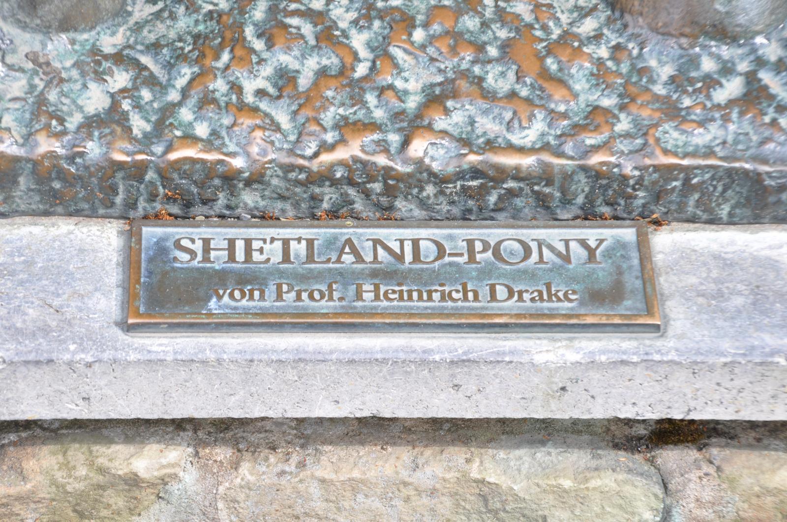 Hinweisschild: Shetland-Pony von Prof. Heinrich Drake (28.7.2013, 0091)
