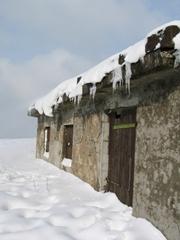 Ein Gebäude im Schnee