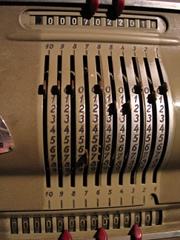 Foto von einer alten Rechenmaschine aus Metall
