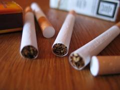 Mehrere Zigaretten liegen durcheinander.
