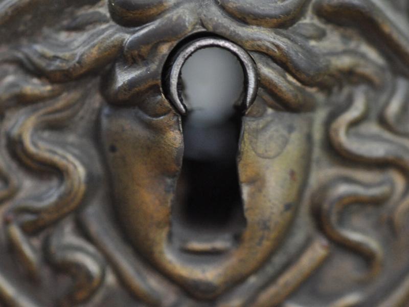 Ein Schlüsselloch mit einem verzierten Beschlag
