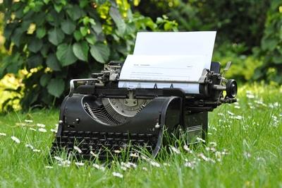 Eine Schreibmaschine in einer Wiese.