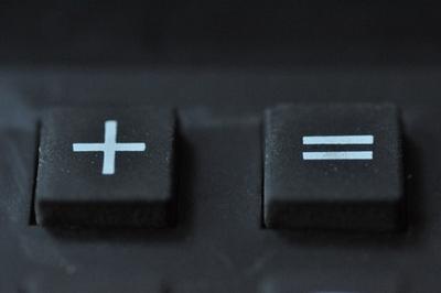 Zwei Tasten von einem Taschenrechner, die Plustaste und die Summentaste.