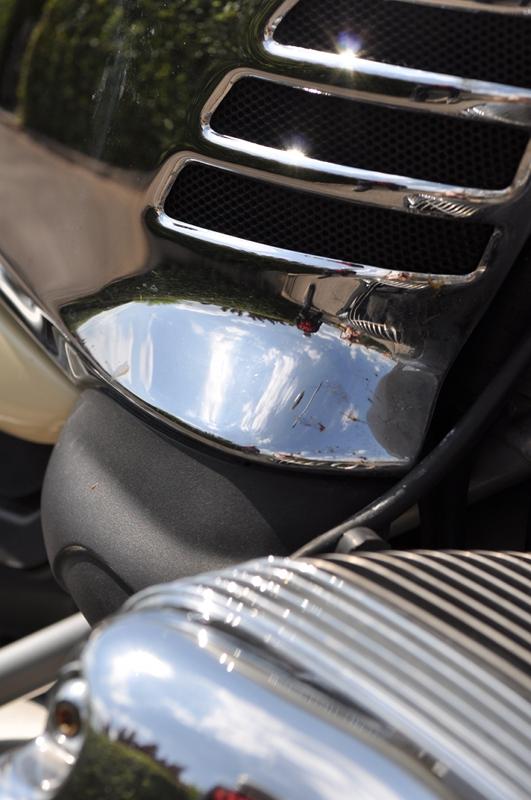 Ein Bildausschnit von dem Motor eines Motorrades.