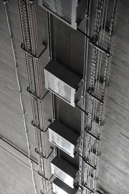 Beleuchtungstechnik unter einer Betondecke.