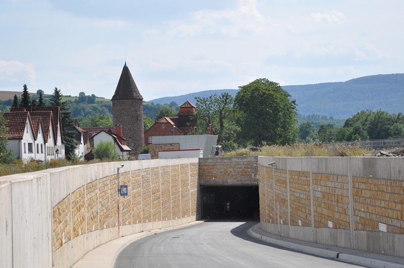 Die Einfahrt in einen Straßentunnel.