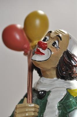 Der Kopf einer Clown-Figur aus Steinzeug.