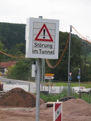 Ein Verkehrsschild mit dem Hinweis: Störung im Tunnel.