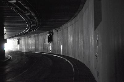 Blick aus einem Tunnel zur Ausfahrt.