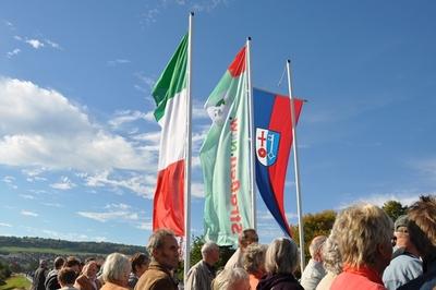 Die Fahne des Landes Nordrhein-Westfalens, die Fahne von Strassen.NRW und die Fahne der Stadt Lügde.