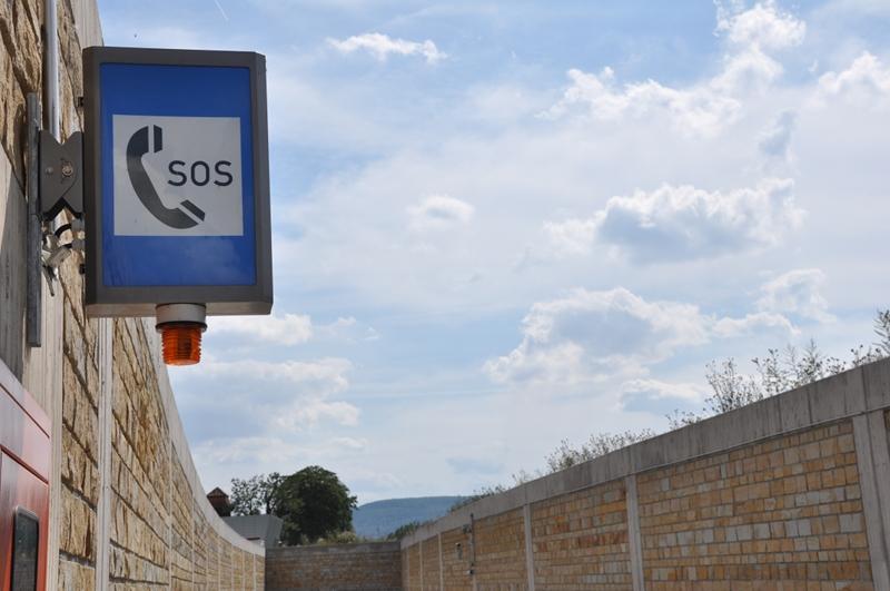 Ein Notruftelefon am Tunneleingang der Umgehungsstraße in Lügde.