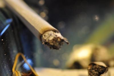 Eine Zigarette im Aschenbecher