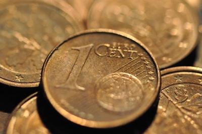 Mehrere Euro Cent Münzen. Im Vordergrund ein Euro Cent.