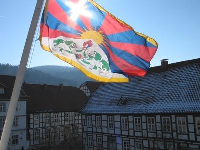 Die Flagge von Tibet am Lügder Rathaus