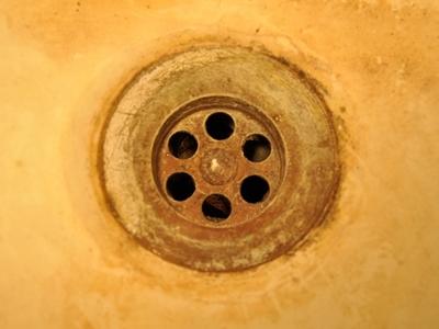 Foto: Ein verdreckter Wasserabfluss von einem Handwaschbecken