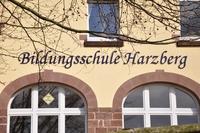 Ein Schriftzug mit dem Text Bildungsschule Harzberg an dem Gebäude der Schule