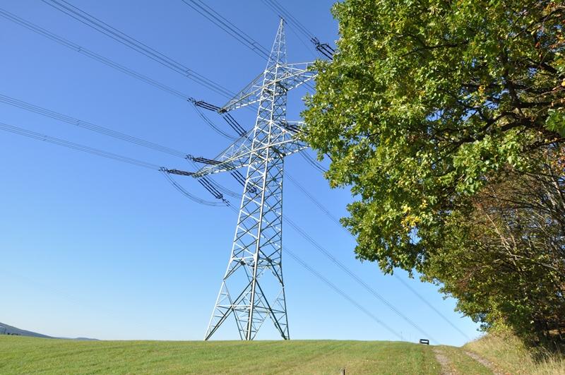 Ein großer Strommast auf einem Berg