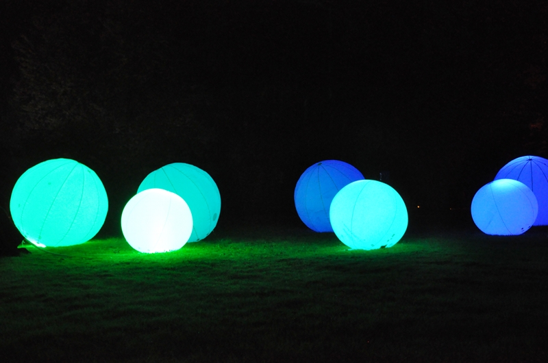 Große, bunt leuchtende Bälle.