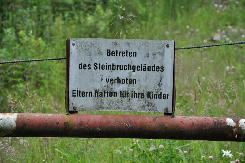 Ein Betreten-Verboten-Schild auf einer Absperrung