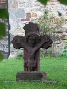 Ein kleines Kreuz aus Sandstein