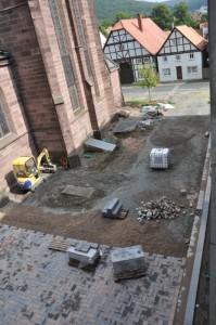 Eine Baustelle mit einer teilweise frisch gepflasterten Fläche.