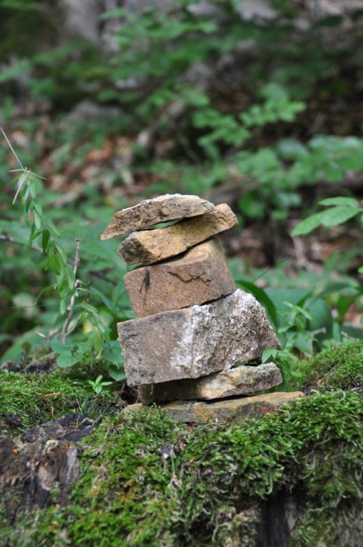 Gestapelte Steine auf einem Baumstumpf