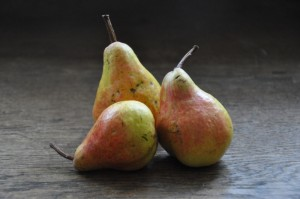 Drei Birnen auf einer Tischplatte.