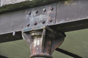 Eine metallene Säule stützt einen metallenen Träger