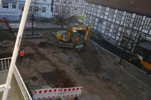 Eine große Baustelle, mehrere tiefe Löcher, mittendrin ein Bagger.
