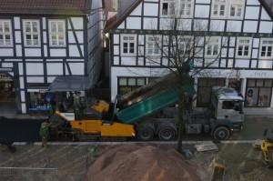 Große Maschinen bringen einen Unterboden auf.