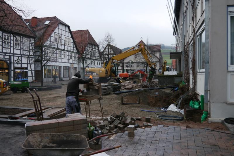 Viele schwere Baumaschinen vor dem Rathaus in Lügde.
