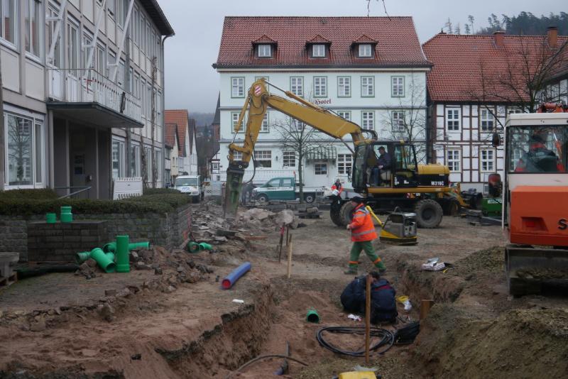 Mit großen Maschinen wird vor dem Rathaus gearbeitet.