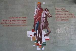 Ein Mosaik, ein Reiter auf einem Pferd, der Reiter hält in der rechten Hand ein Schwert