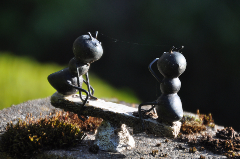 Gartendeko: Zwei wippene Ameisen