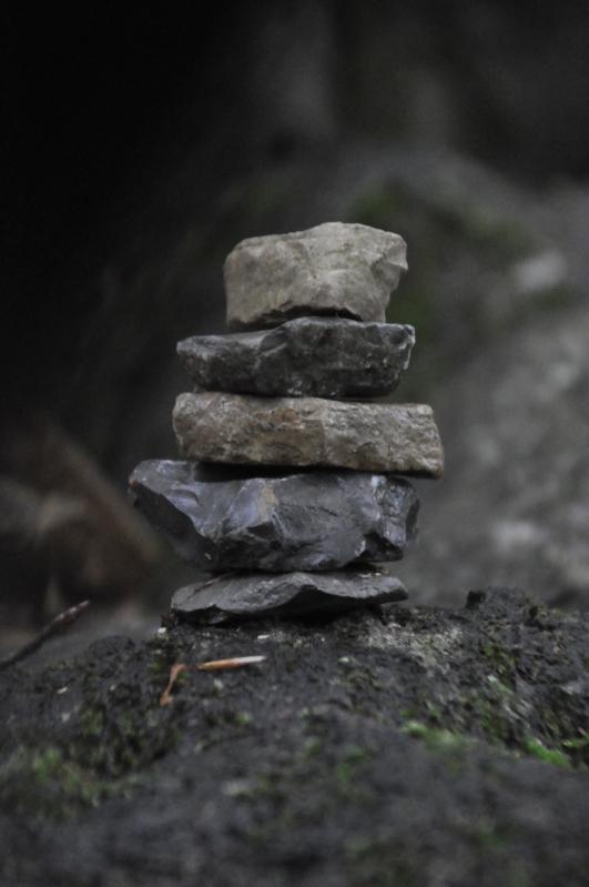 Ein Turm aus kleinen Steinen